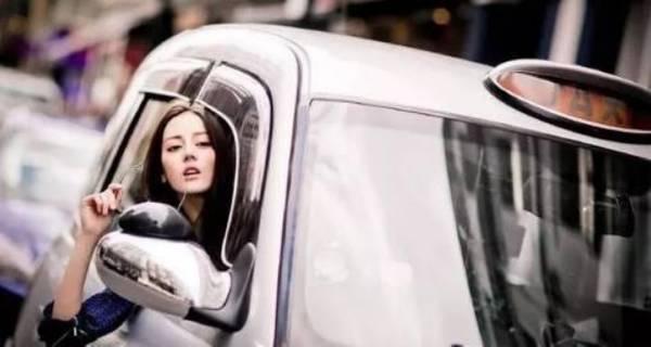 迪丽热巴头拍照被举报 警方善意提醒为安全起见开车时请不要把头伸出车外