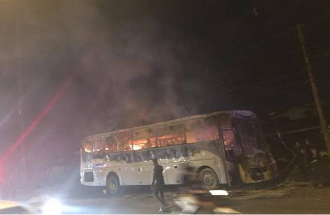 中国游客死里逃生 泰国旅游巴士起火焚烧