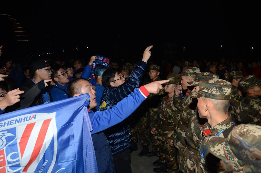 上海球迷冲突被武警制止 因申花球迷疯狂庆祝夺冠引发冲突