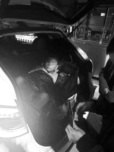 车主将10岁儿子塞后备箱 更要命的是还无证驾驶