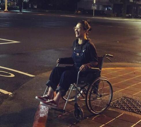 马思纯坐轮椅现身 发文:属于金马和小瘸腿的时光