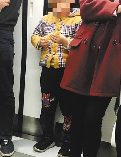 小孩地铁抢夺陌生人蛋卷 家长不管反说:吃完再要