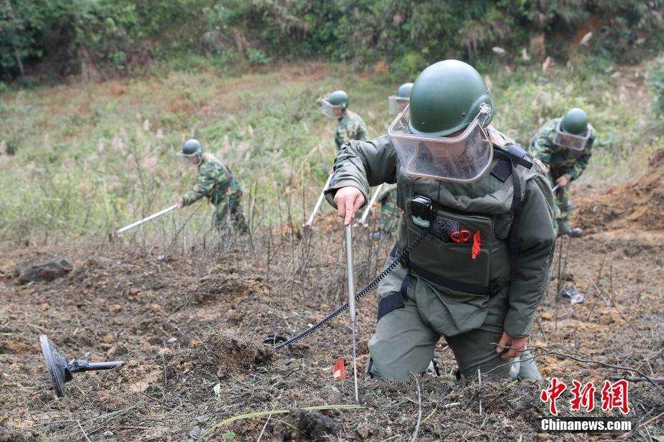 中越边境扫雷启动 仍存200多万平方米雷区