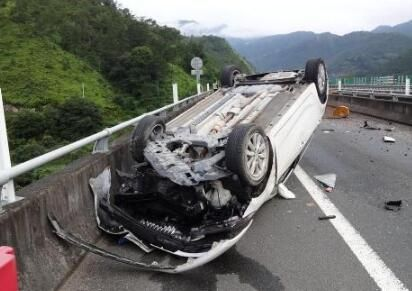 杭州发生翻车事故致3死9伤 失控翻下路坎