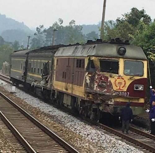 货车坠落砸中火车 K315次列车运行受阻无人员伤亡
