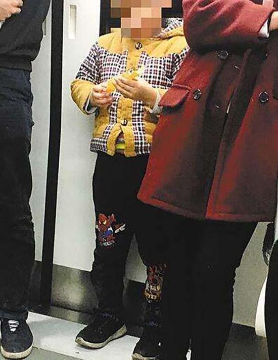 小孩地铁抢夺蛋卷 家长:吃完了再来要