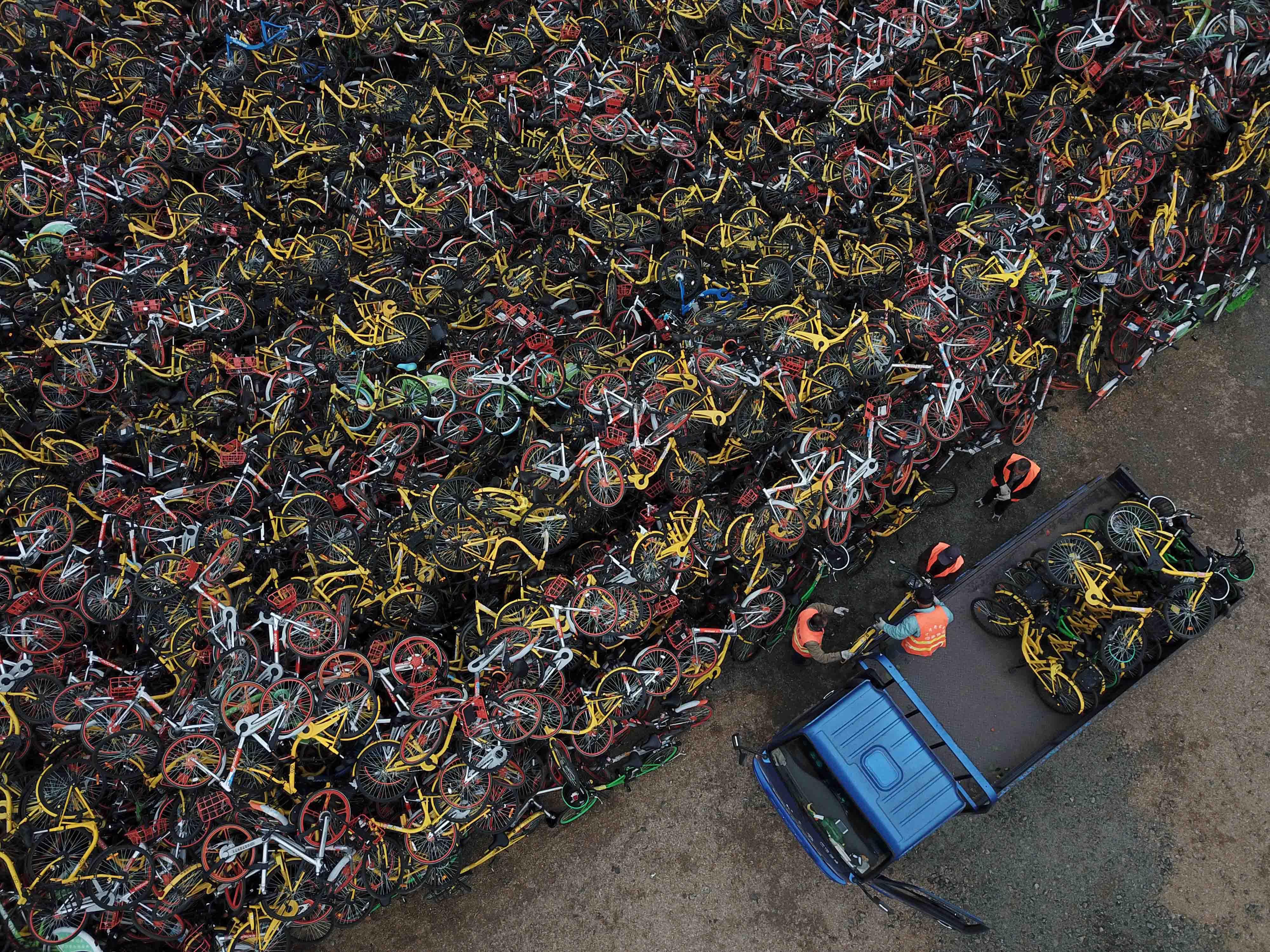 共享单车堆积成山 密恐慎入