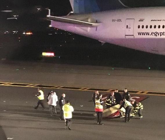 客机等待起飞遭撞 两架飞机机翼均受损航班已经取消