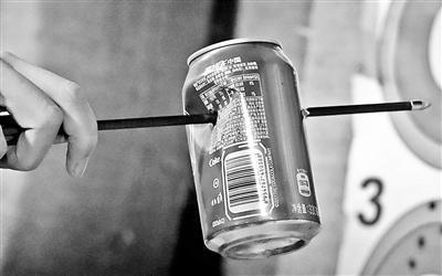 口袋弹弓在学生中流行 多为外国同类产品仿品轻易击穿易拉罐