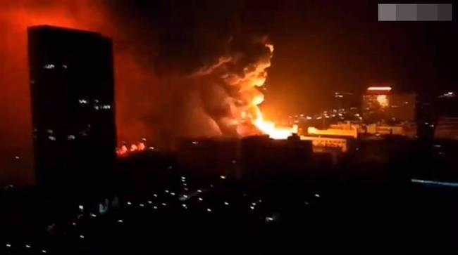 武汉电子厂起火 火势燃烧猛烈起火时伴有爆炸声