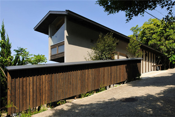 上贺茂豪宅:横纵轴方向都有陡峭的山坡