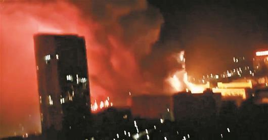 武汉电子厂起火爆燃 多地消防官兵联手扑救2小时