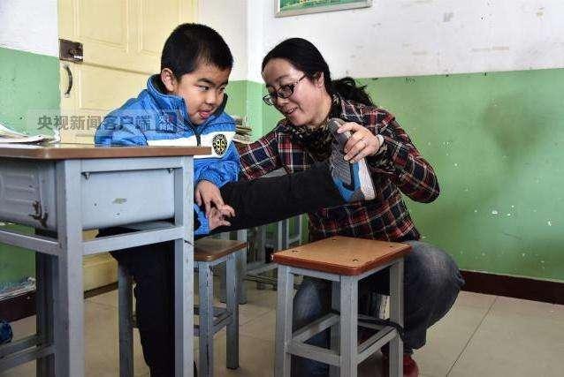 女教师4年跪地照顾病学生 扳腿按摩几乎一节课一次