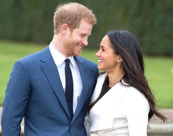 哈里王子未婚妻梅根大方秀三钻婚戒 时尚流行与戴妃影子共存