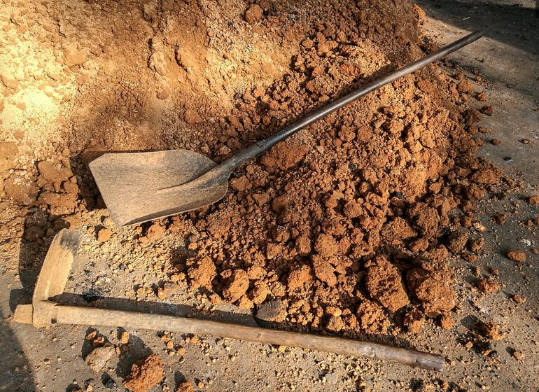 无烟煤、黄泥和水按一定比例混合,这些黄泥也是制作煤球的原料。