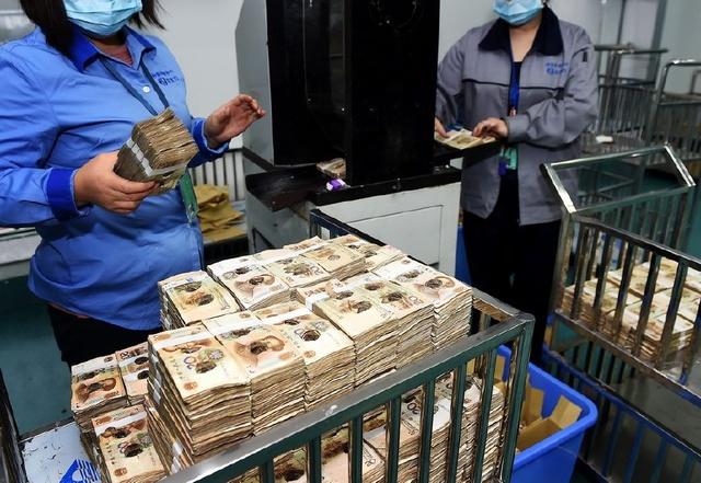 被收回的除了百元大钞,当然也有其他面额的纸币,比如20元纸币。