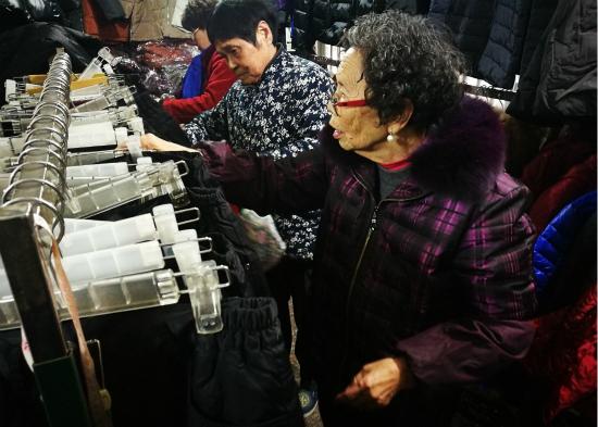 87岁女企业家练摊还贷 陈金英卖存货还债的事情感动众人