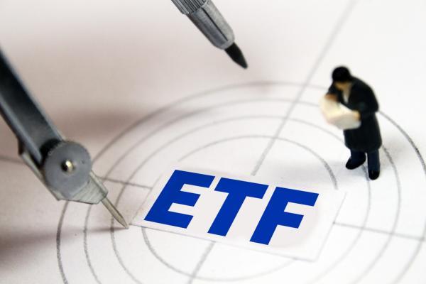 三、折溢价幅度小。虽然基金单位的交易价格受到供求关系和当日行情的影响,但它始终是围绕基金单位净值上下波动的。