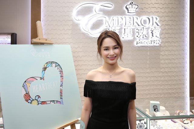 钟欣潼(阿娇)担当英皇珠宝一日明星店长现身上海门店