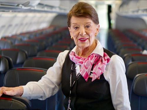 世界最年长空姐81岁 她的经历鼓舞了每一个人