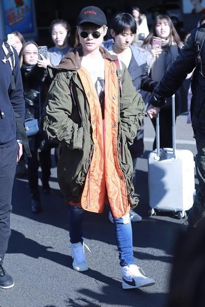 李宇春机场街拍示范 派克大衣+牛仔裤酷感十足