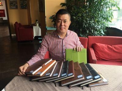 父亲为儿子写下70万字成长日记 连出差都带着日记本
