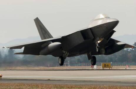 美韩军演首日不顺 美国一架F-22猛禽隐形战机的推进系统出现问题