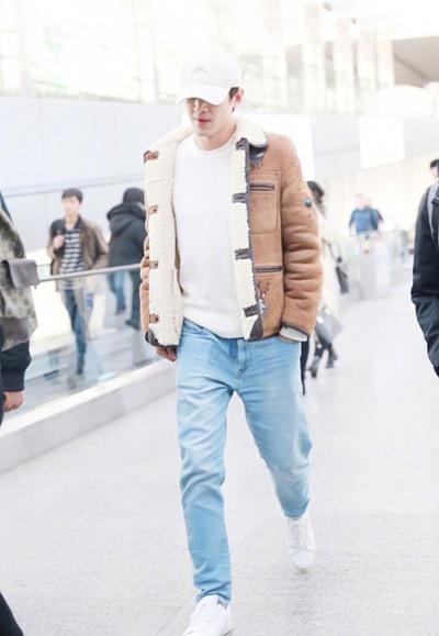 林更新机场街拍示范 羊羔绒短外套+牛仔休闲范儿十足