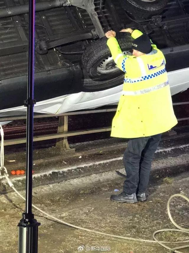 警察徒手拽住悬空汽车 阻止车坠人亡
