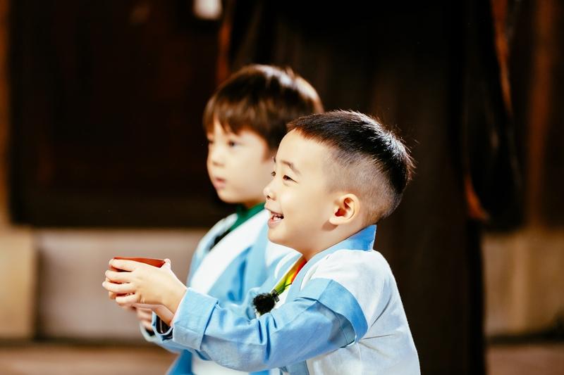 嗯哼Jasper对拜结兄弟 把蓝白色长衫穿上身儒生范儿十足