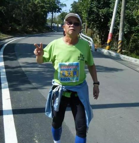 老人12年跑完600场马拉松 最好成绩3小时59分