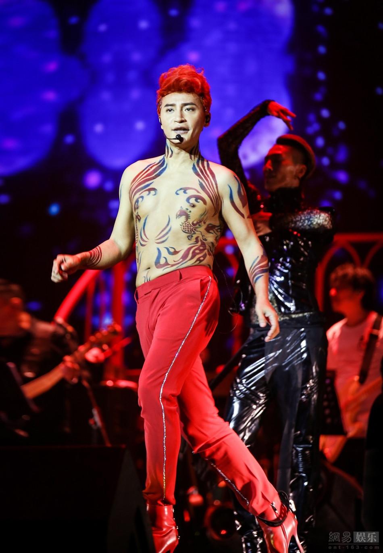 辣眼!陈志朋半裸踩红色高跟鞋热舞
