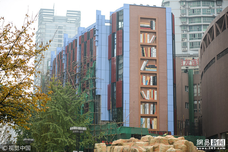 重庆一建筑成网红 外墙创意改建成巨型书架