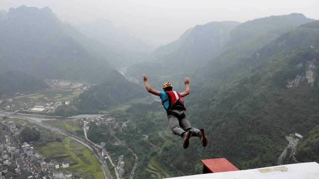 男子悬崖跳伞遇险 医生朋友即时跳下悬崖为其提供紧急治疗幸存