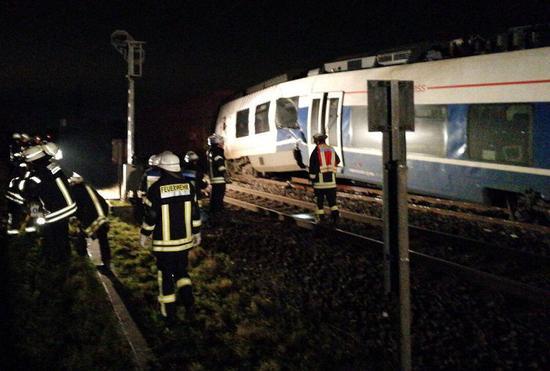 德国两辆列车相撞 造成至少50人受伤