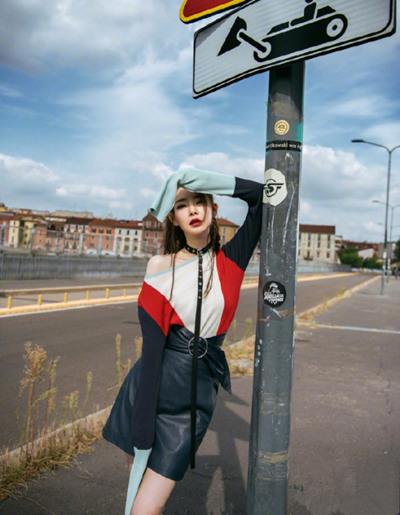 戚薇米兰街拍造型示范 摇滚酷女孩打扮时髦撩人