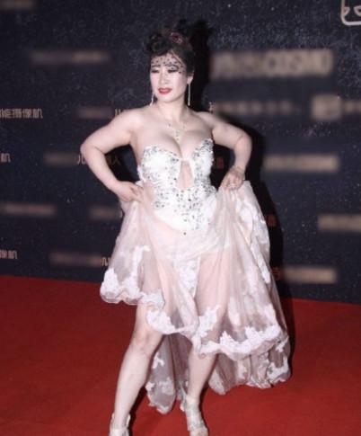 芙蓉姐姐穿透视裙 敢穿出来真需要胆量!