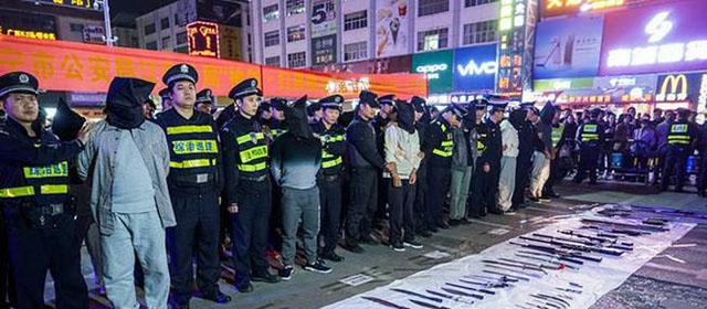 黑社会被抓街头示众 涉嫌网络买卖枪支零部件