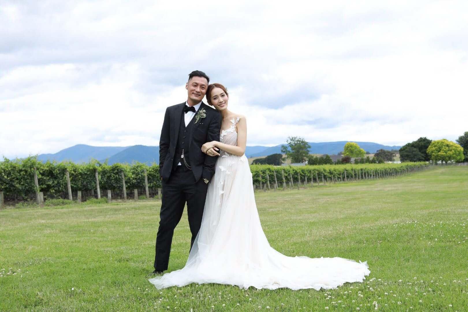 余文乐晒照宣布结婚:感谢你的纯真让我的世界变得简单快乐!