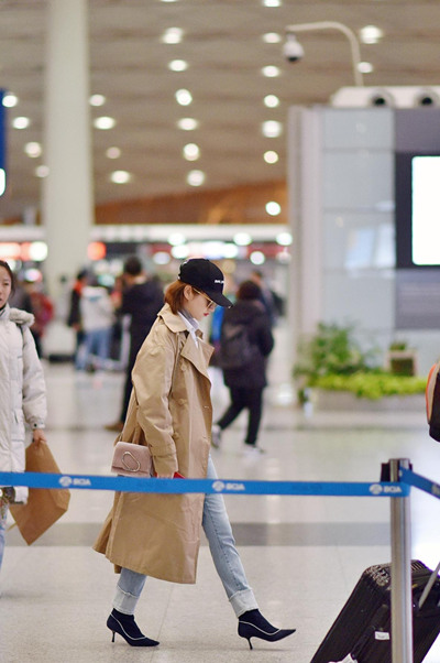 景甜最新机场街拍造型 风衣外套+卫衣气场全开超有型