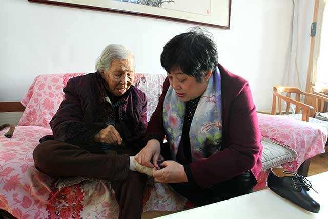 百岁老太有一双三寸金莲 鞋子得定制