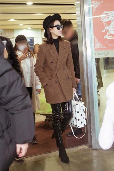 宋茜最新机场街拍示范 Balenciaga格纹西装+皮裤时尚有型