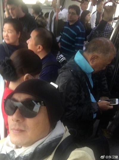 张卫健挤公交晒自拍:快来公交车上发现我
