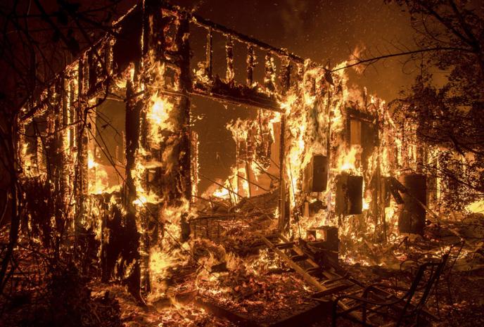 美国加州山火失控 已强制疏散近20万人