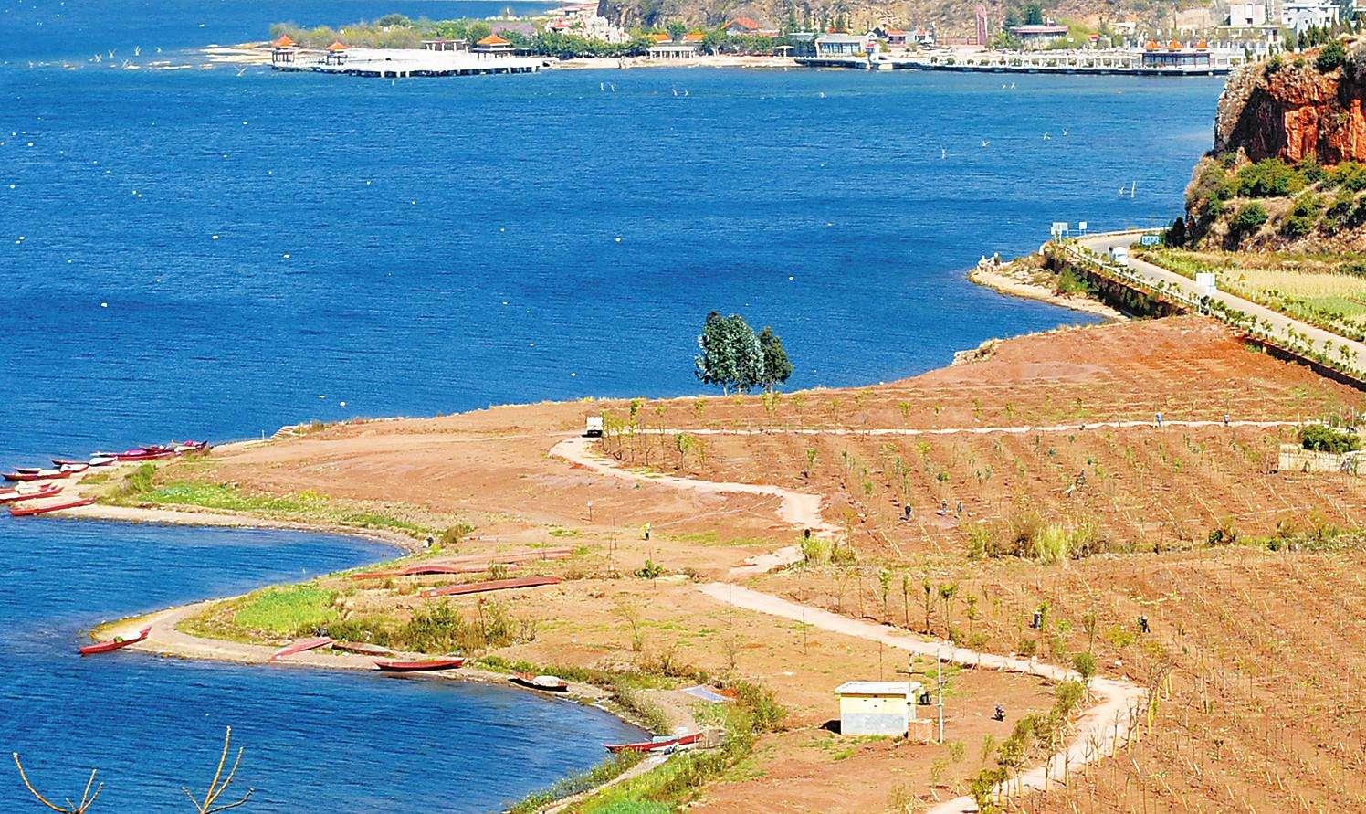 抚仙湖因连年长期干旱和农业用水的增加使其水位下降,以每天0.5厘米的速度下降。