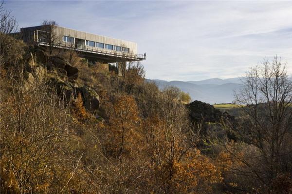 CSV豪宅:整个建筑结构由两个巨大支柱支撑