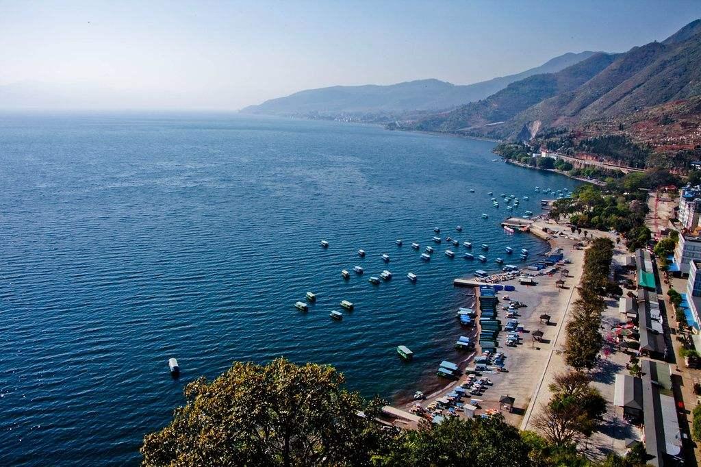 """抚仙湖,湖水晶莹剔透、清澈见底,古人称为""""琉璃万顷"""",是我国最大蓄水量湖泊、最大高原深水湖、第2深淡水湖泊,已有300万年。"""