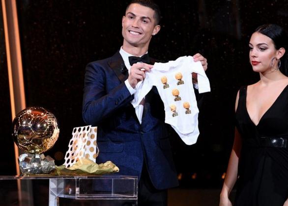 c罗夺得金球奖 还收到一件印有五座金球奖的婴儿衣