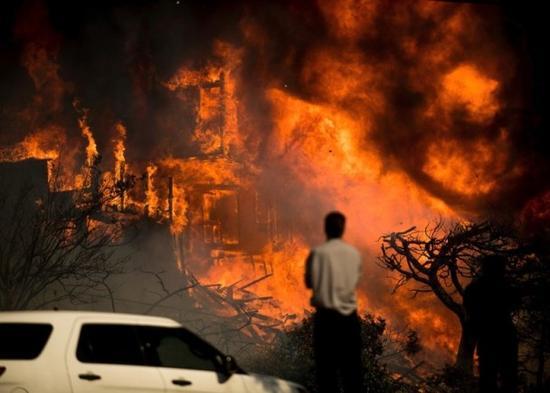 美加州大火失控:超124平方公里 疏散近20万人