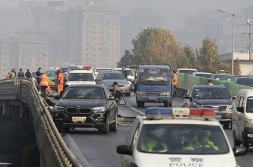 西安洒水结冰致38车连撞 保险公司或向城管部门追偿
